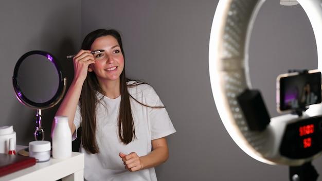 Blogger girl pinta os olhos