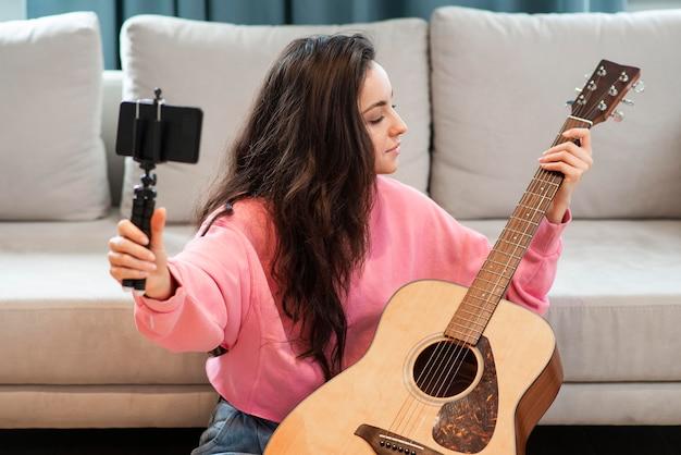 Blogger gravando com smartphone sua guitarra