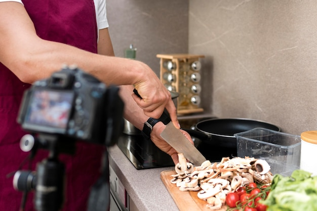 Blogger gravando vídeos de culinária em casa