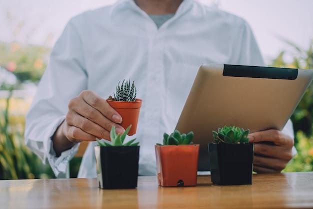 Blogger homem usar tablet streaming ao vivo on-line para fã-clube seguindo o conceito de trabalhar em casa