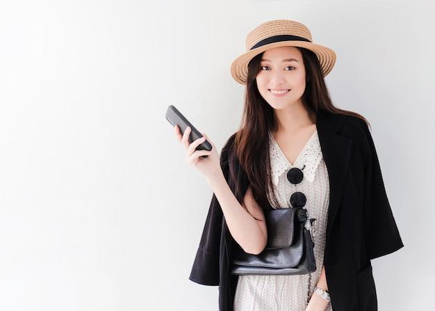 Blogger mulheres asiáticas bonitas estão usando o smartphone ao vivo on-line