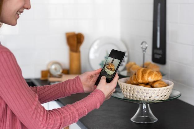 Blogger tirando uma foto de croissants
