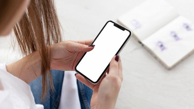 Blogger verificando um telefone vazio