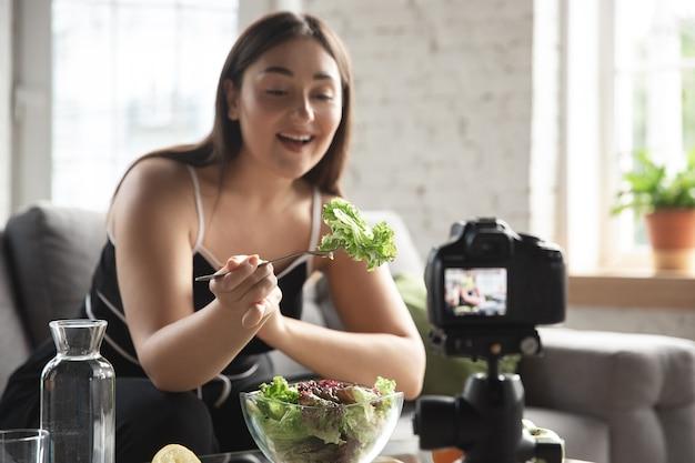 Blogueira caucasiana faz vlog sobre como fazer dieta e perder peso