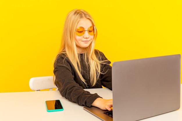 Blogueira de beleza feminina. adolescente loira posando para a câmera e fazendo vlog.