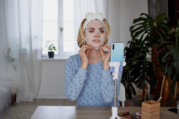 Blogueira de beleza feminina fala aos assinantes sobre cuidados com a pele