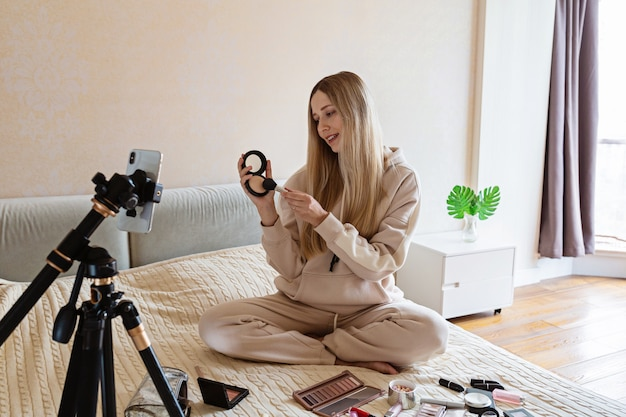 Blogueira de beleza gravando tutorial de maquiagem em casa