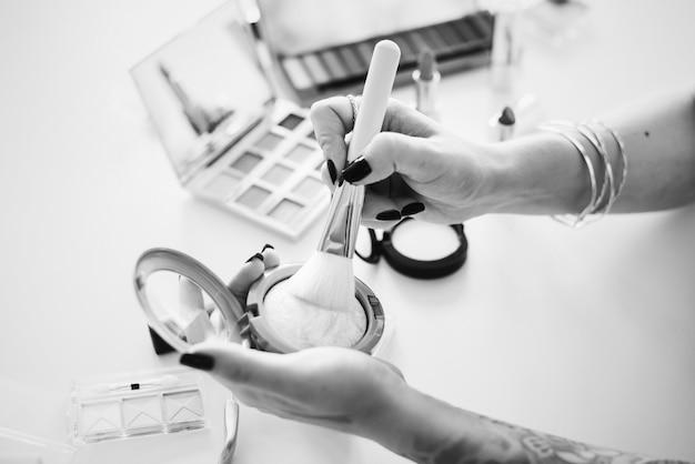 Blogueira de beleza produzindo tutorial de maquiagem