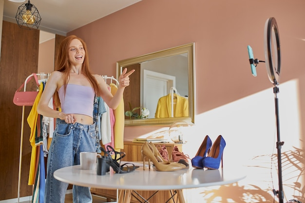 Blogueira de moda feliz compartilha alegria com assinantes