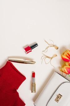 Blogueira de roupas e cosméticos do dia dos namorados e um buquê de tulipas.