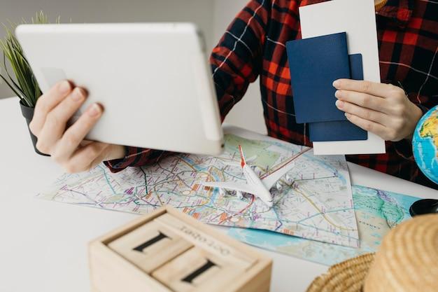 Blogueira fazendo streaming de rotina de viagens online com tablet