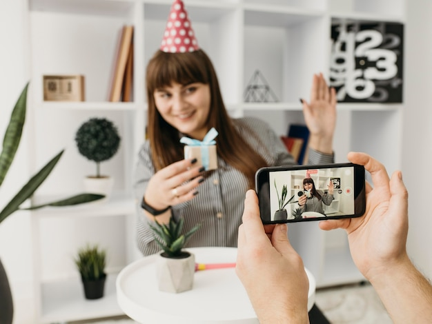 Blogueira feminina em streaming de aniversário com smartphone