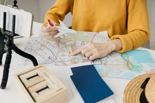 Blogueira transmitindo plano de viagem online com smartphone