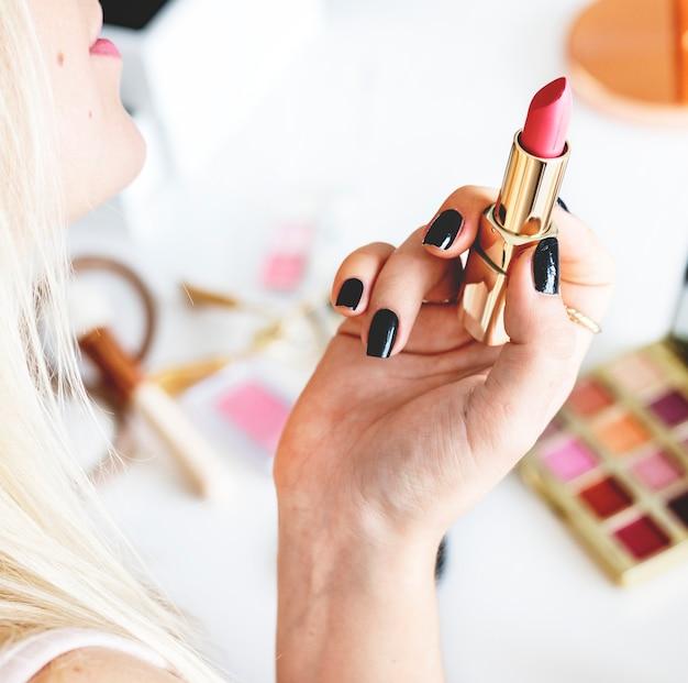 Blogueiro de beleza com tutorial de maquiagem