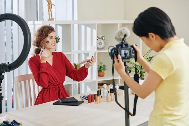 Blogueiro de beleza fazendo vídeo