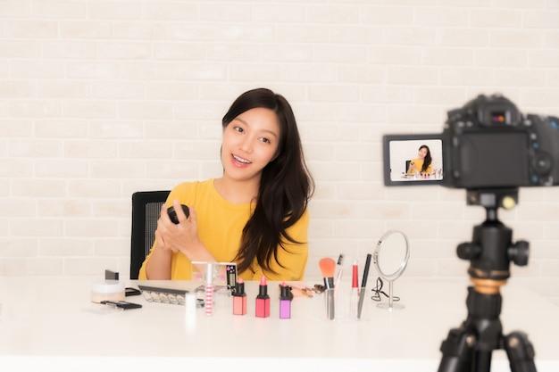 Blogueiro de beleza no vídeo social ao vivo.