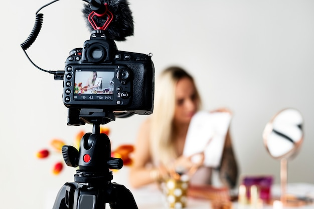 Blogueiro de beleza que recodifica tutorial de maquiagem
