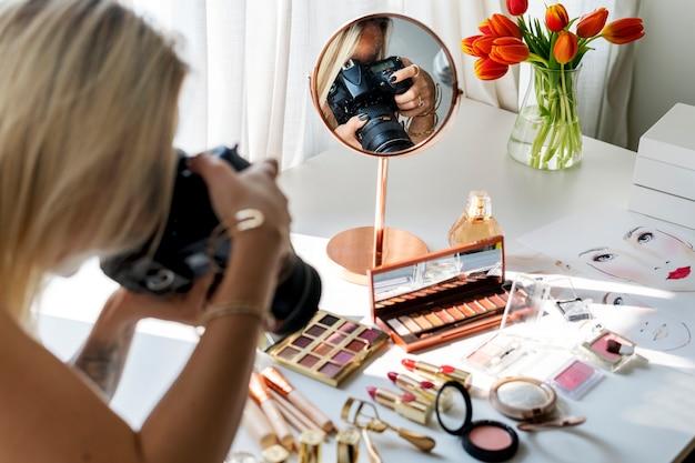 Blogueiro de beleza tirando foto de cosméticos