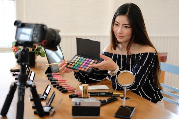 Blogueiro de beleza transmissão ao vivo tutorial de maquiagem cosmética