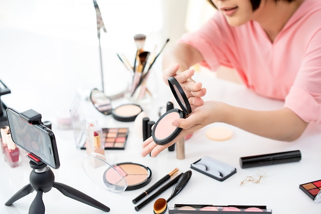 Blogueiro de beleza transmitindo produtos de exibição ao vivo