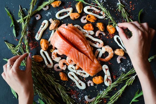 Blogueiro de culinária fazendo layout de ingredientes de frutos do mar. conceito de design de arte de lazer