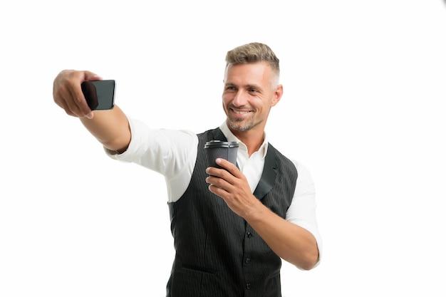 Blogueiro de estilo de vida na pausa para o café. homem bonito e bem preparado tirando foto de selfie para blog pessoal. blog online. conceito de influenciador digital. comunicação de videochamada. redes sociais de blogs pessoais.