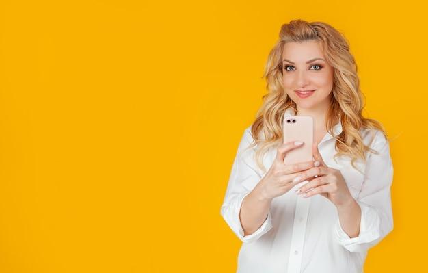 Blogueiro europeu despreocupado animado tira fotos de sua namorada usando um smartphone