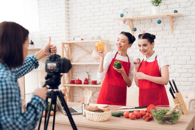 Blogueiros culinários seguram pimentos e facas.