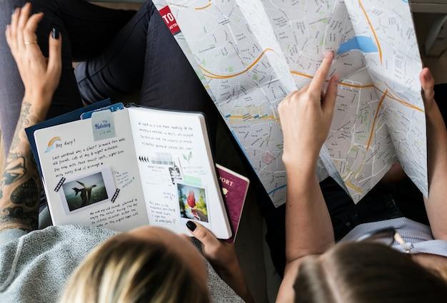 Blogueiros de viagem planejando uma viagem