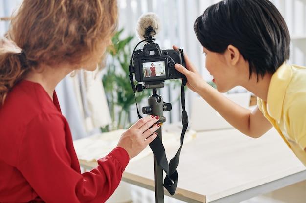 Blogueiros fazendo vídeo sobre moda