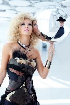 Blond 80s mulher com vestido de pérola cancan étnica
