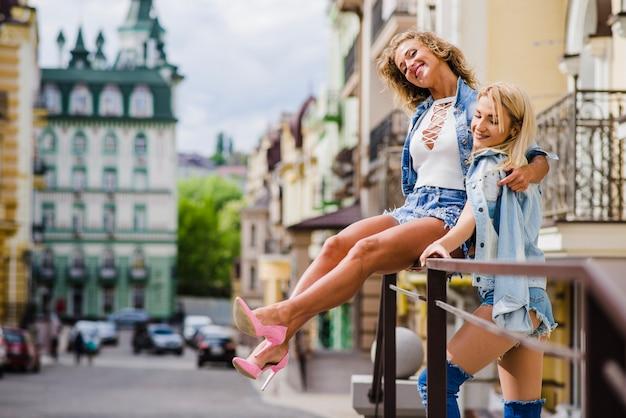 Blonde atraente garotas posando na rua