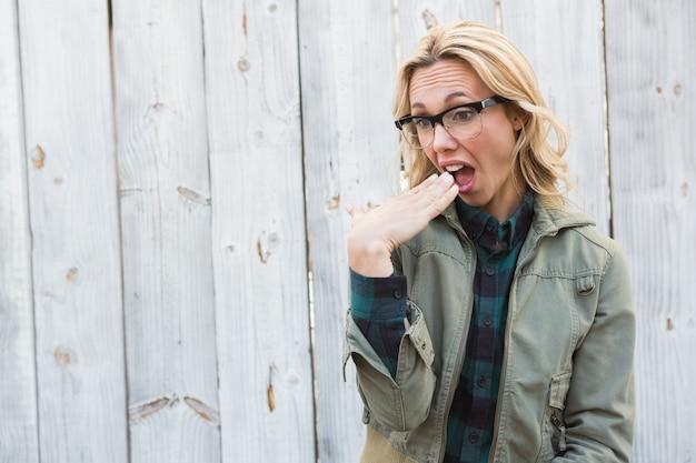 Blonde chocado em gafas gesticulando