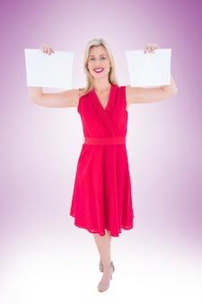 Blonde elegante em vestido vermelho segurando páginas
