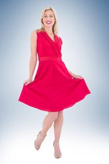 Blonde elegante em vestido vermelho