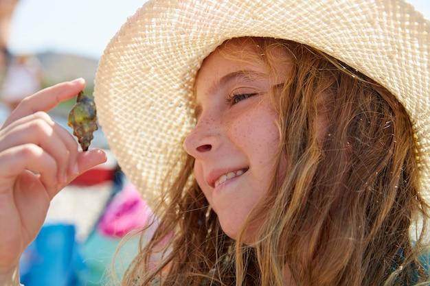 Blonk garoto garota segurando caranguejo eremita
