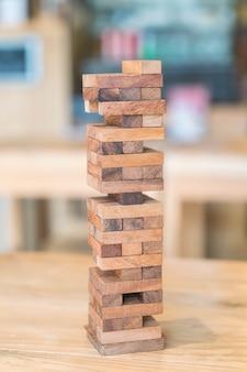 Bloqueia o jogo de madeira (jenga) na mesa de madeira