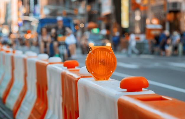 Bloqueio de bloqueio de estrada ou construção com sinal em uma estrada. barricada de rua vermelha e branca.