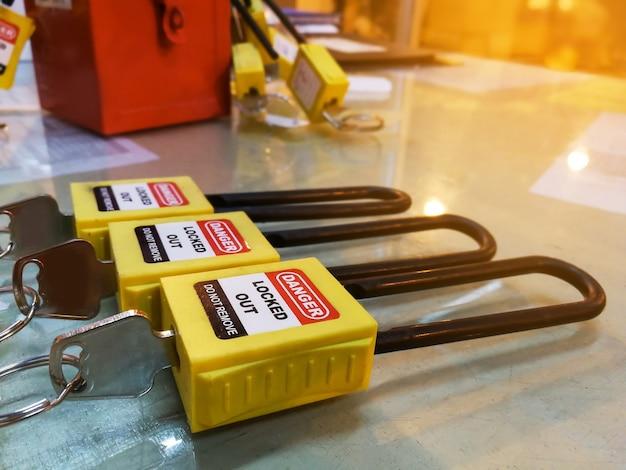 Bloqueio de chave amarela e tag para processo de corte elétrico, a tag de logout