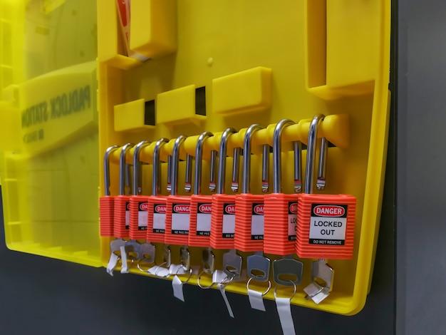 Bloqueio de chave vermelha e tag para corte de processo elétrico, log out elétrico tag out