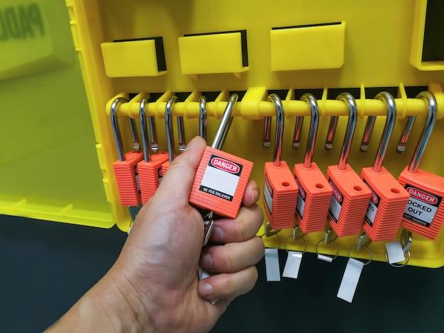 Bloqueio de chave vermelha e tag para processo de corte elétrico