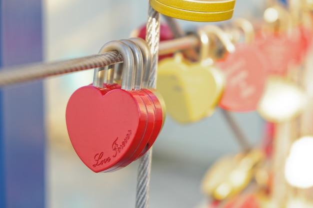 Bloqueio de coração vermelho, amor, dia dos namorados romântico com fundo desfocado