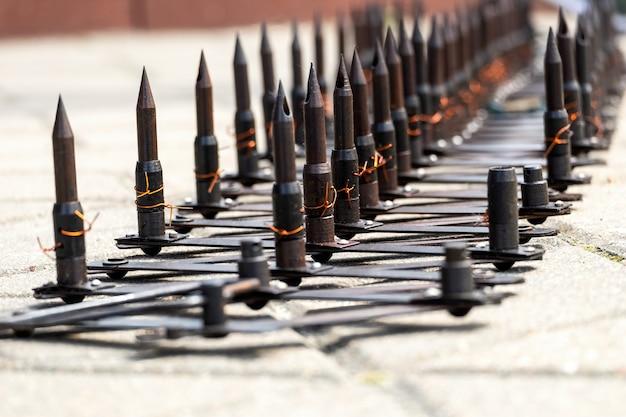 Bloqueio de estrada policial com pontas de metal afiadas