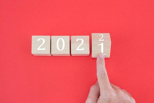 Bloqueio de giro com o dedo de 2021 a 2022 no vermelho. conceito de ano novo.