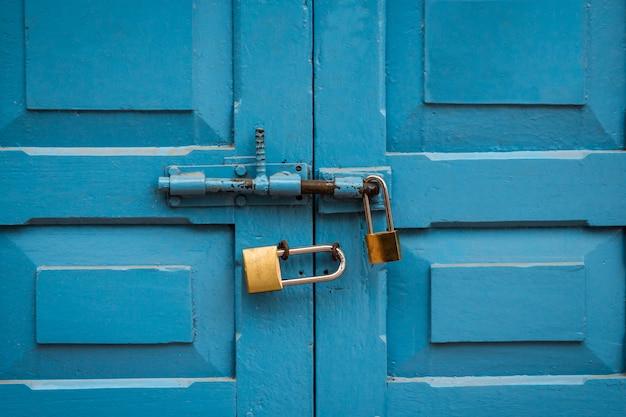 Bloqueio duplo de porta azul com nenhum sinal de fumar no laos