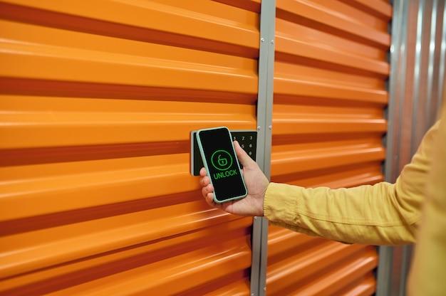 Bloqueio inteligente. um funcionário do depósito testando o sistema de gerenciamento digital