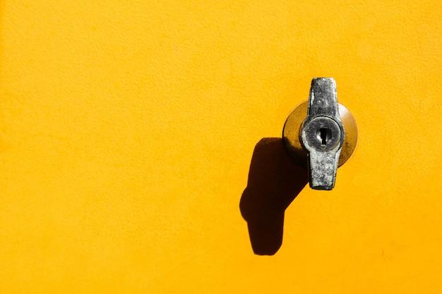 Bloqueio no armário amarelo