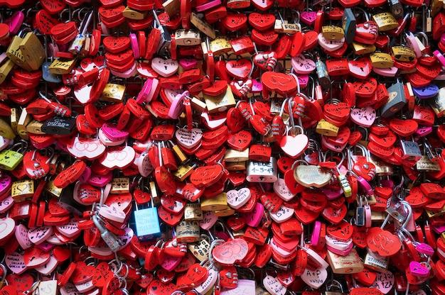 Bloqueios de amor na parede em vermelho de verona