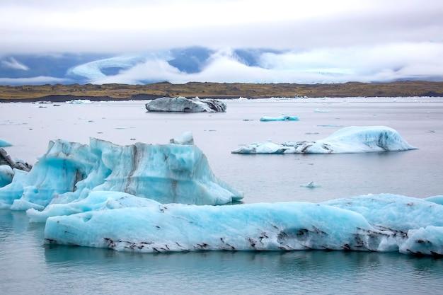 Blue ice na margem da lagoa de gelo na islândia
