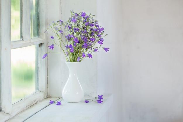 Bluebells em vaso no peitoril da janela